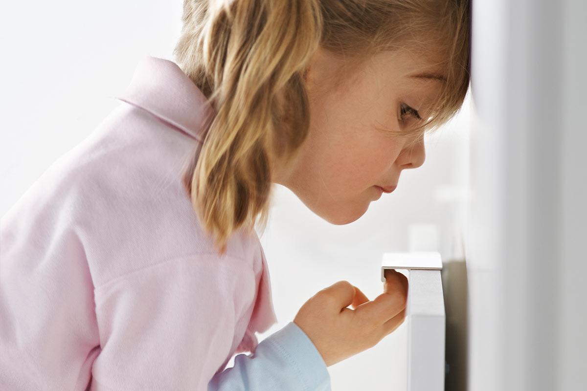 Der kindliche Erkundungsdrang sollte bei der Küchenplanung unbedingt berücksichtigt werden