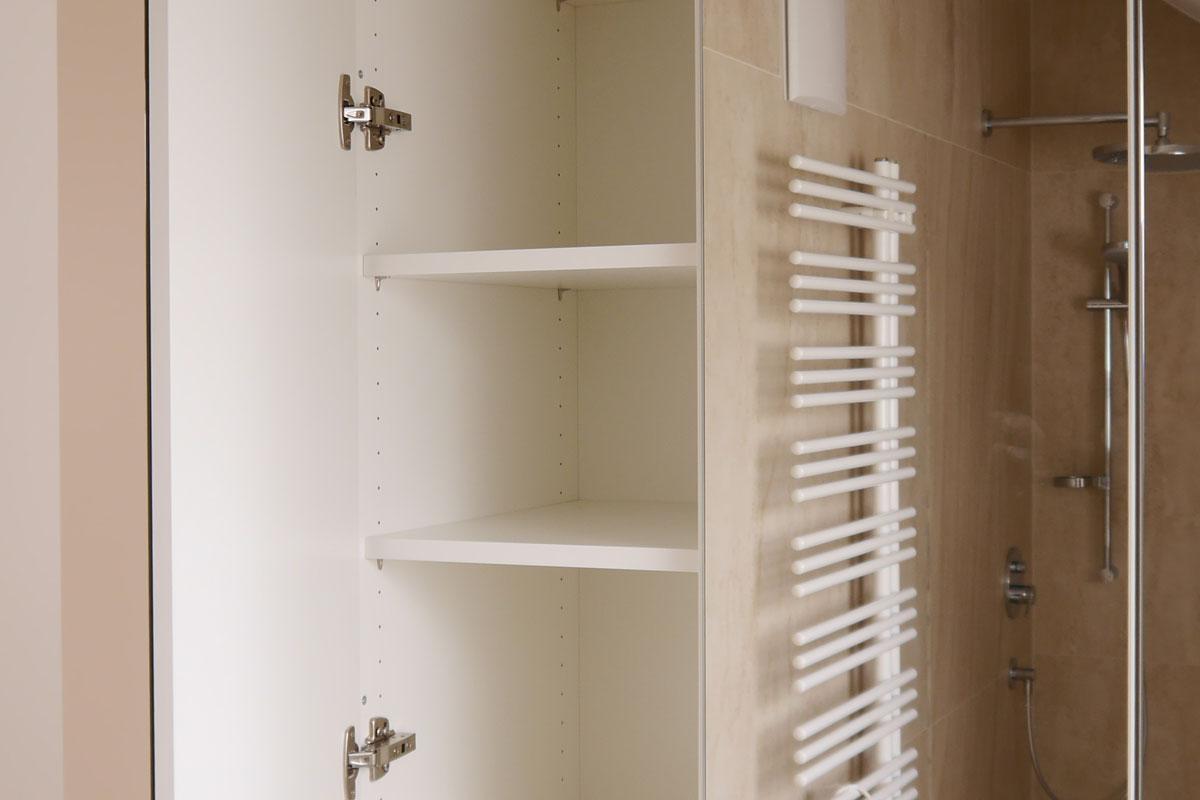 Einbauschränke nutzen den Platz in kleinen Badezimmern optimal