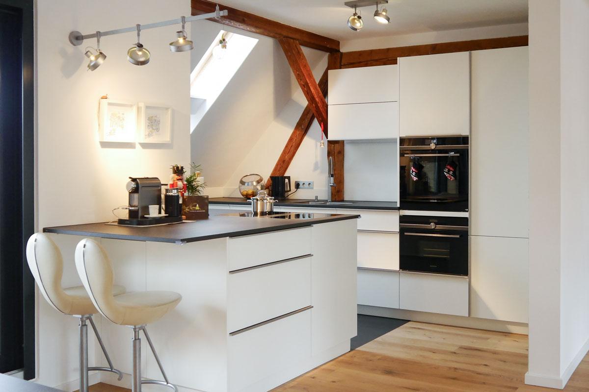 Einbauküche im Dachgeschoss mit Quarzstein-Arbeitsplatte