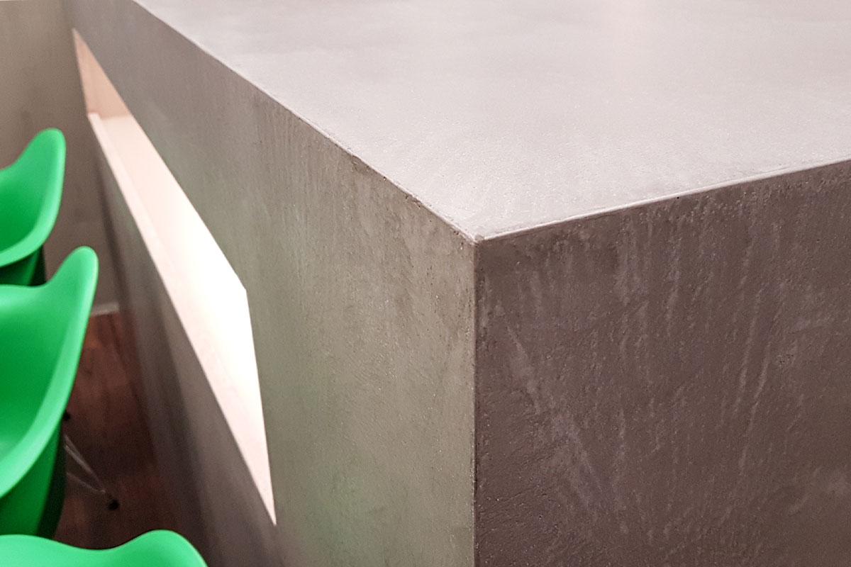 Kurzwartebereich mit Sideboard in Beton-Optik und mit indirekter Beleuchtung