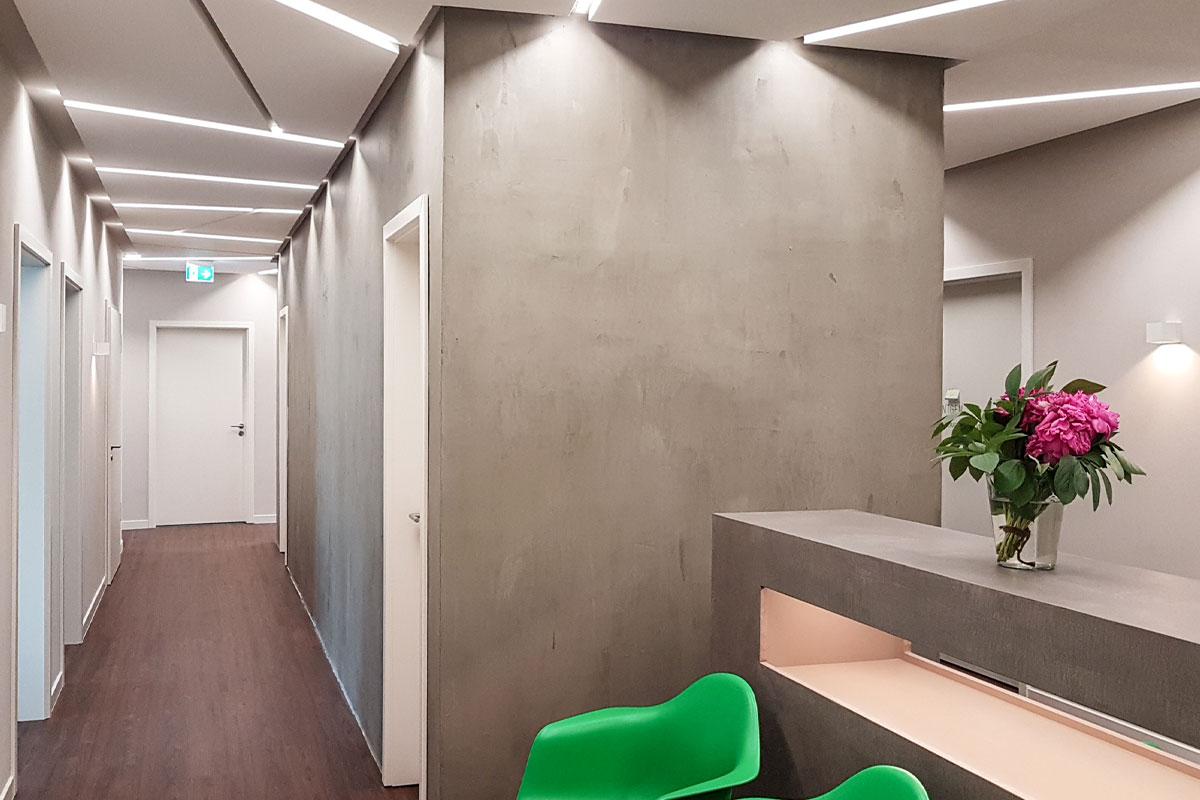 Kurzwartebereich mit freistehendem Sideboard in Beton-Optik