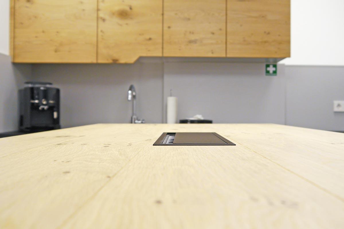 Werkbanktisch mit praktischer Kabelverwaltung