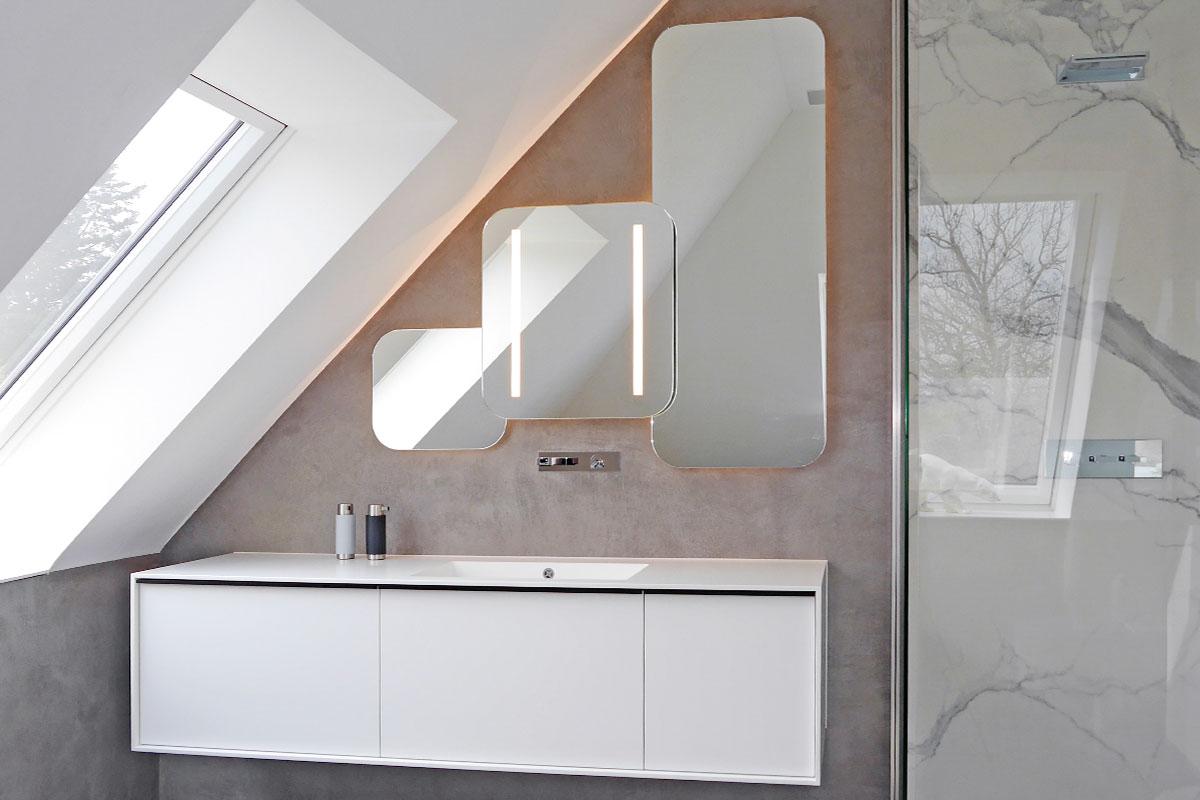 Masterbad mit Design-Spiegel und indirekter Beleuchtung