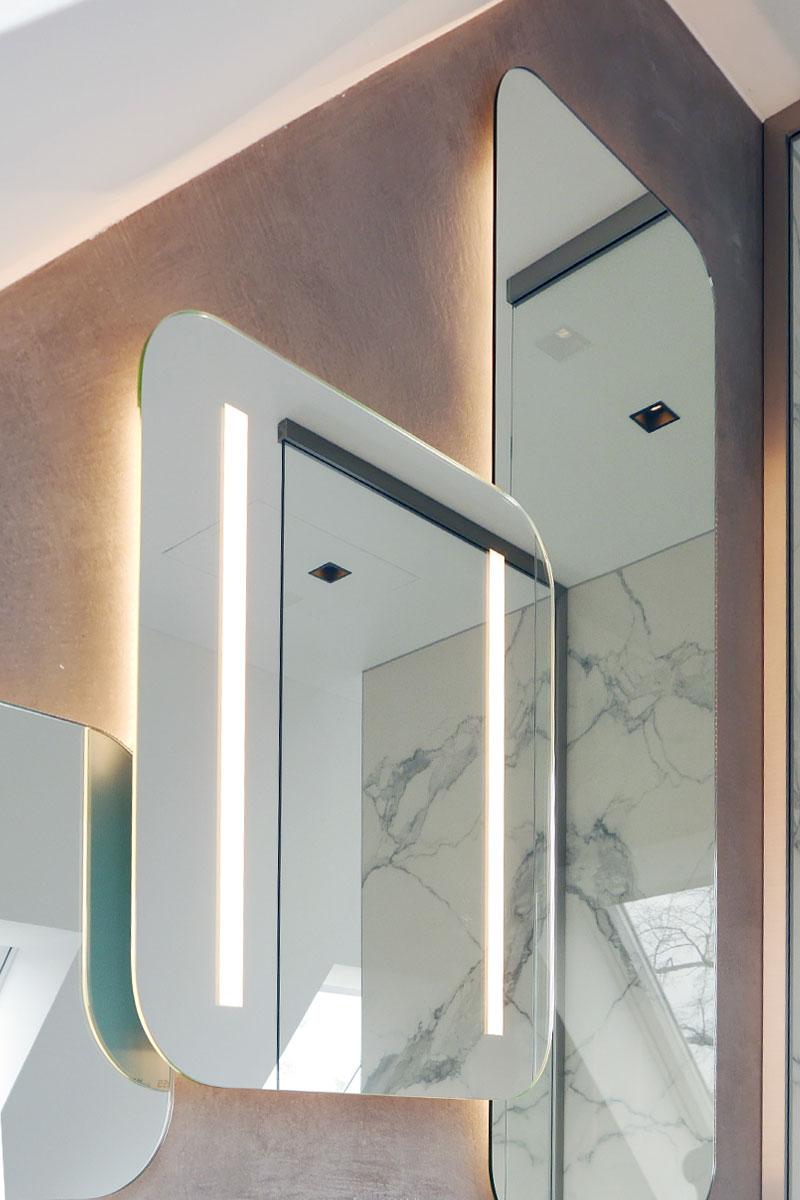 Indirekte Beleuchtung am Design-Spiegel des Masterbads
