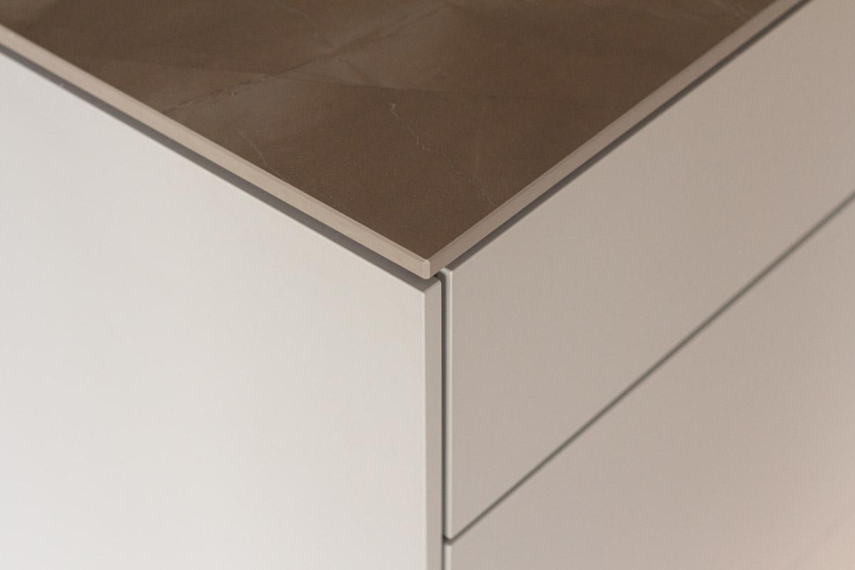 Die Porzellankeramik-Arbeitsplatte verleiht der Schreinerküche eine edle Optik