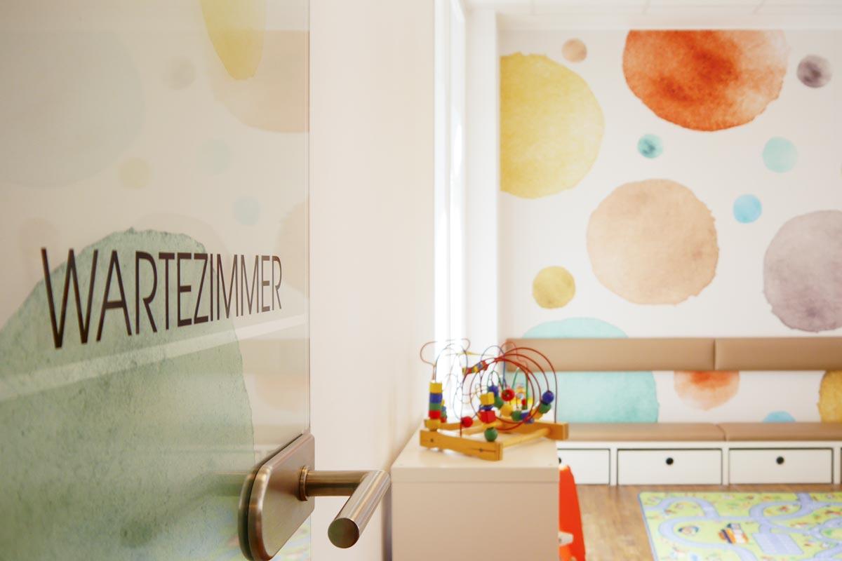 Wartezimmer in der YouMedic Kinderarztpraxis in Karlsruhe Durlach