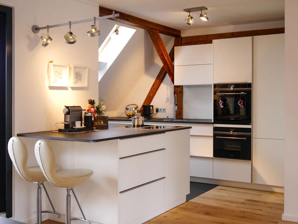 Schreinerküche in der Dachschräge