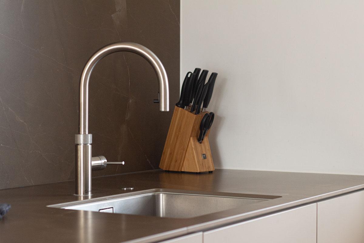 Das Kochendwasserhahnsystem von Quooker stellt kochendes, gekühltes stilles und sprudelndes Wasser aus der Leitung bereit.