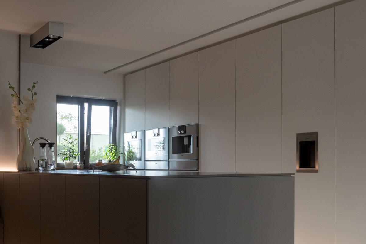 Die Schrankwand bietet genügend Stauraum für alle Küchenutensilien.