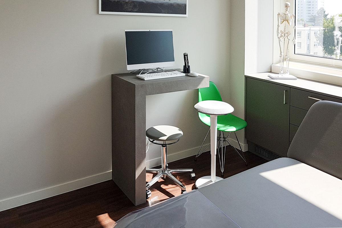 Schreibtische in Beton-Optik in den Behandlungsräumen