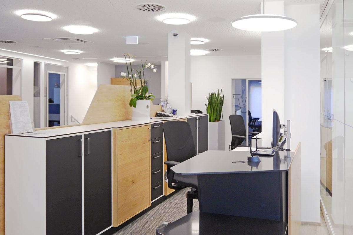 Dieser Arbeitsbereich ist modern und gleichzeitig einladend.