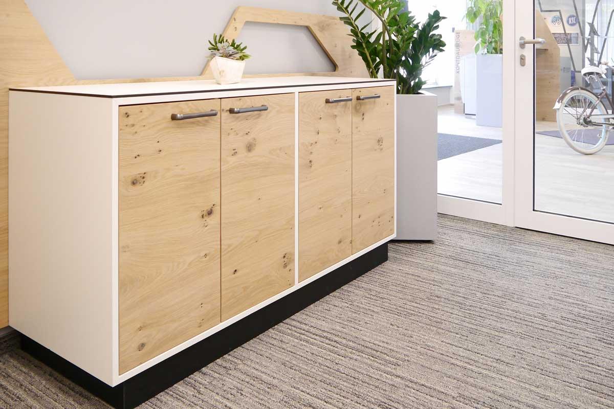Aufbewahrung und Design-Element in einem: Die Sideboard der Volksbank.