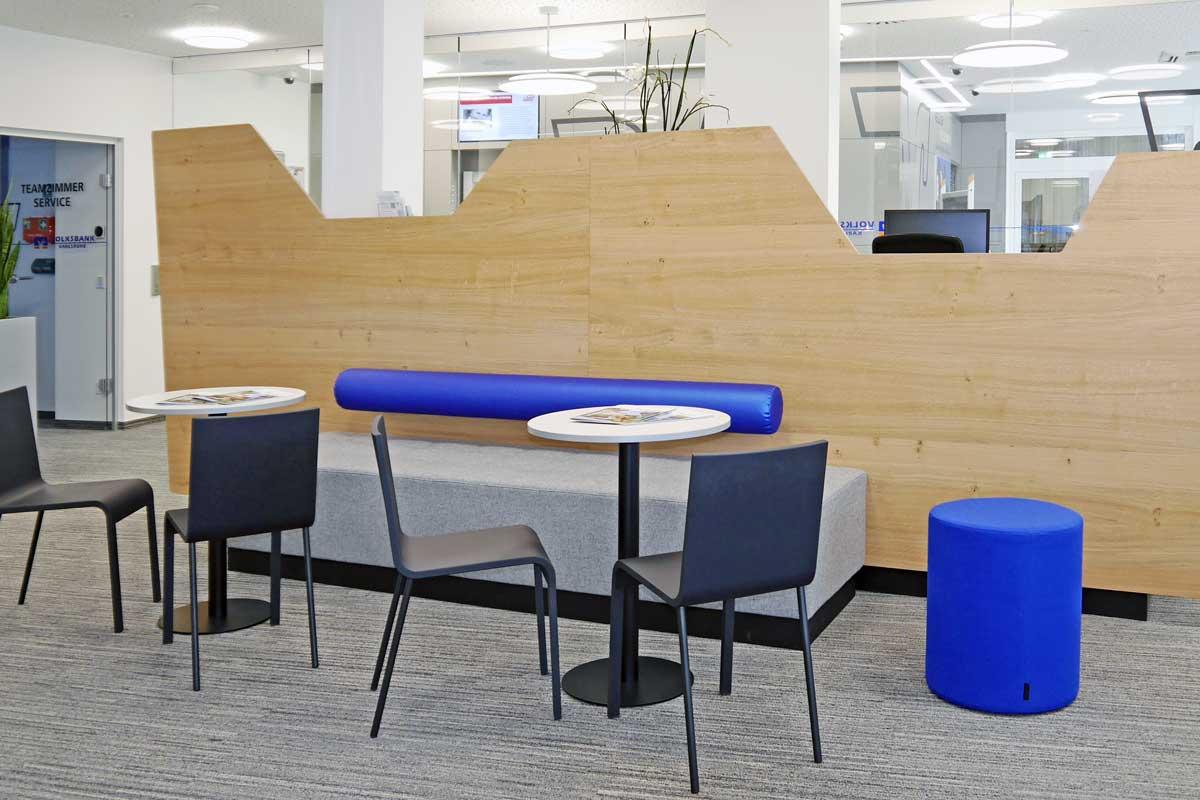 Der Wartebereich enthält die Farben des Corporate Designs.