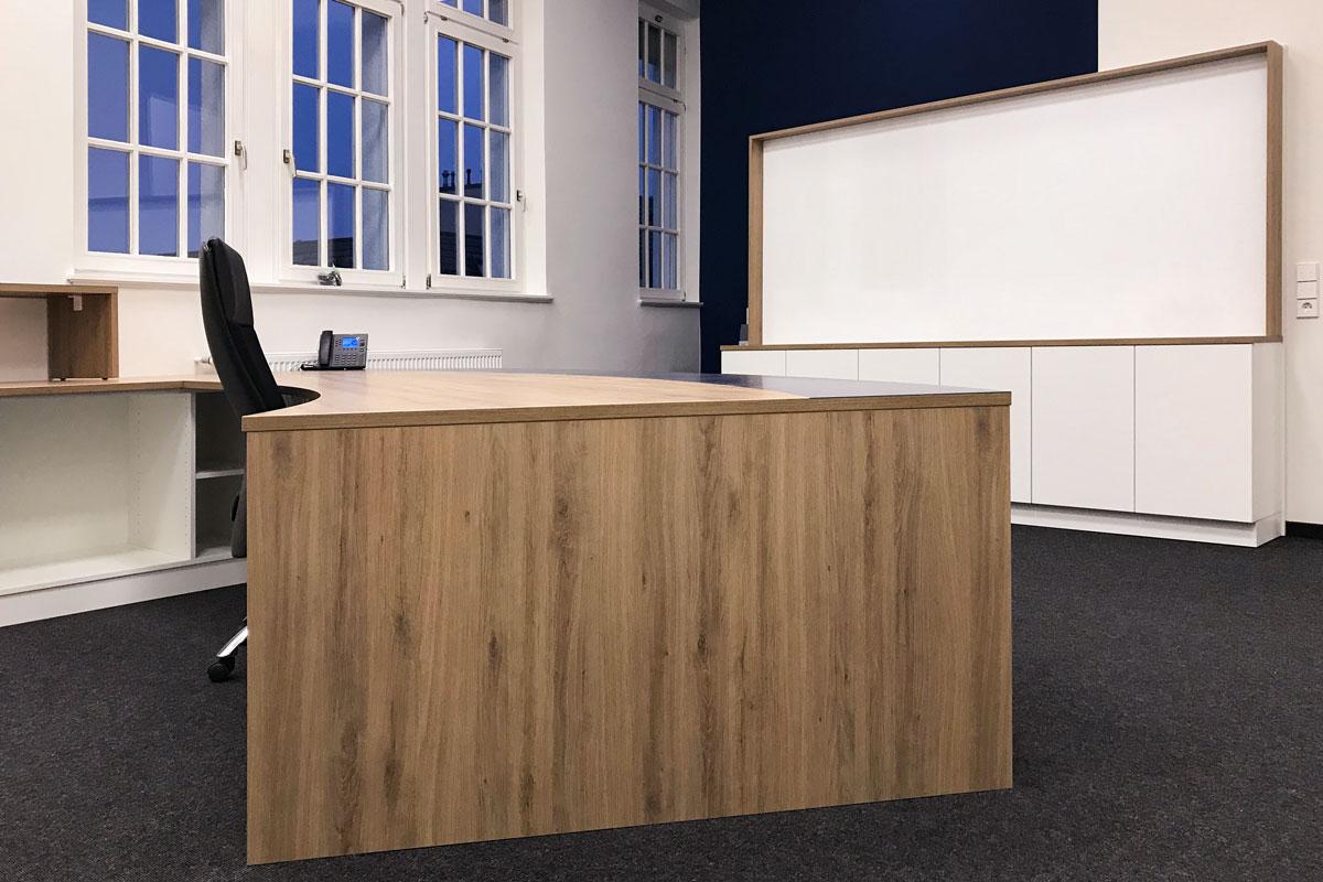 Chefbüro mit großem Schreibtisch