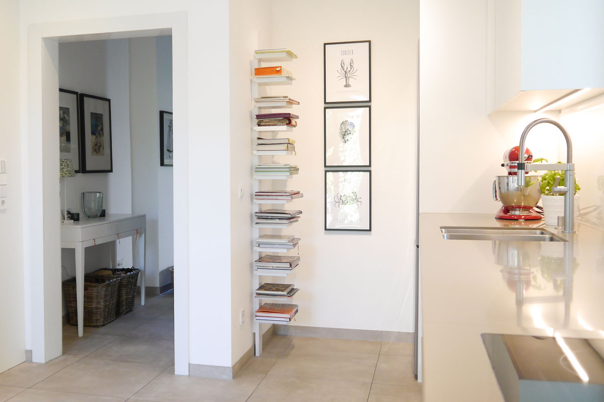 Bücherregal in Einbauküche