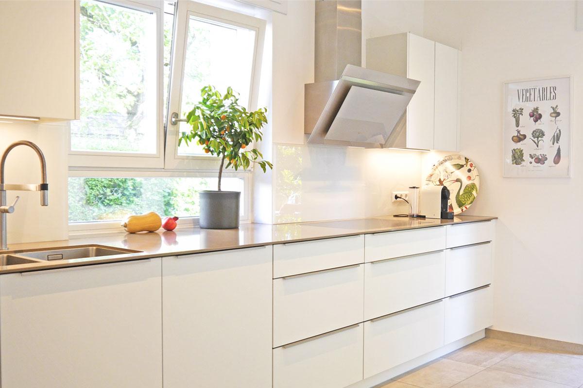 Einbauküche mit sandfarbener Quarzstein-Arbeitsplatte