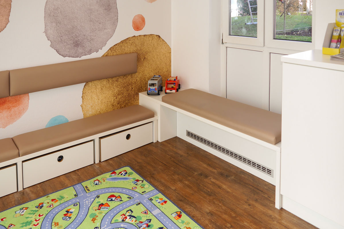 Wartebereich mit Kindersitzbänken
