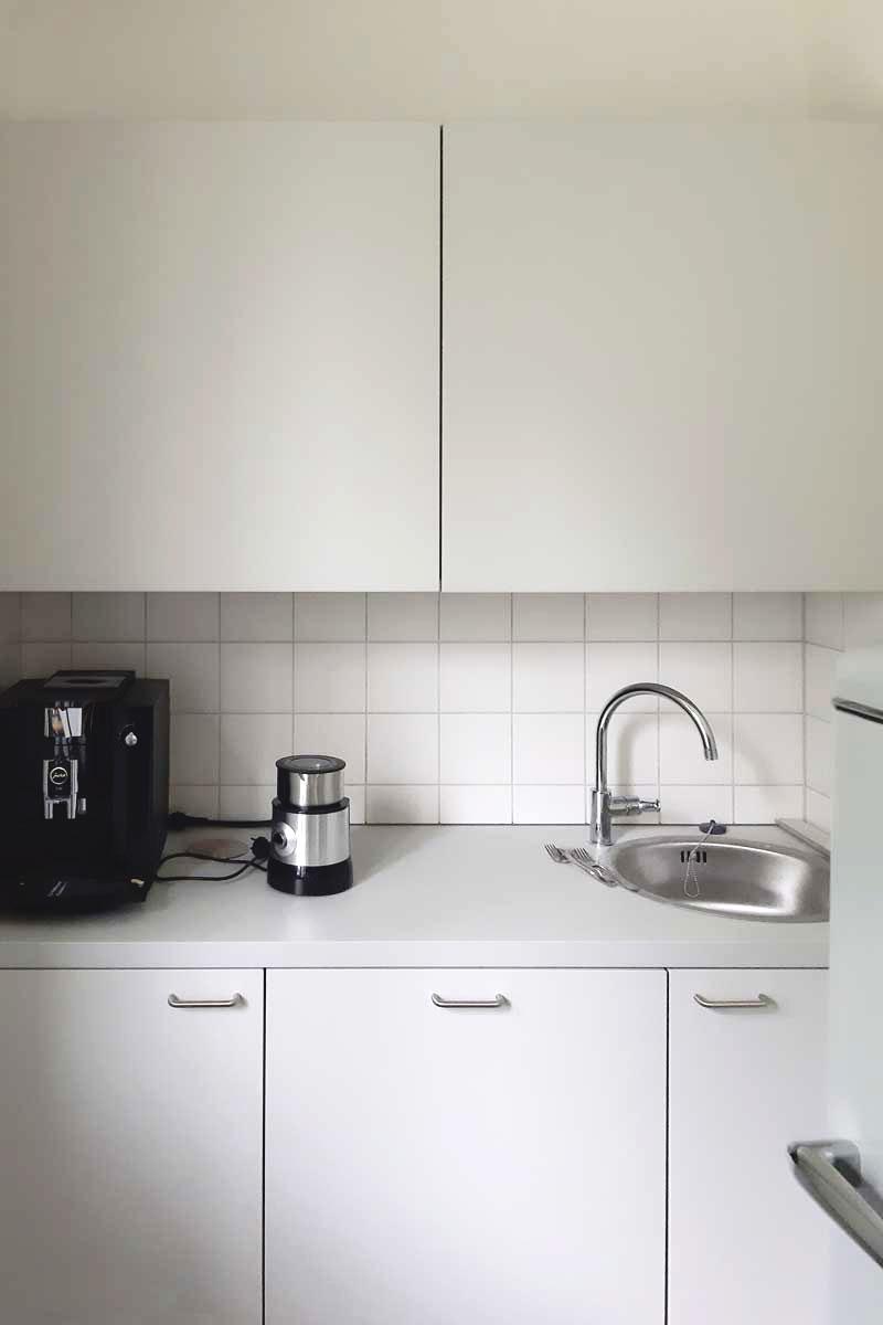 Eine kompakte Teeküche mit allem, was man braucht.