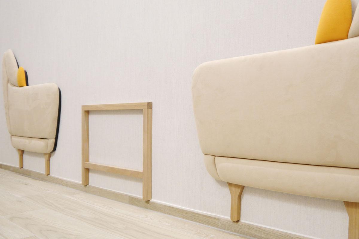 Das Wandpaneel setzt einen wohnlichen Akzent im Besprechungsraum.