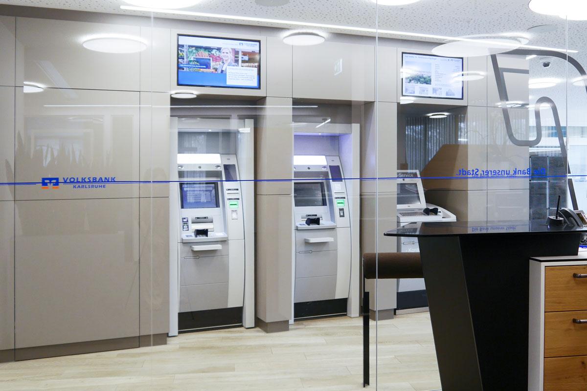 Die Wandverkleidung greift das Corporate Design der Volksbanken auf.