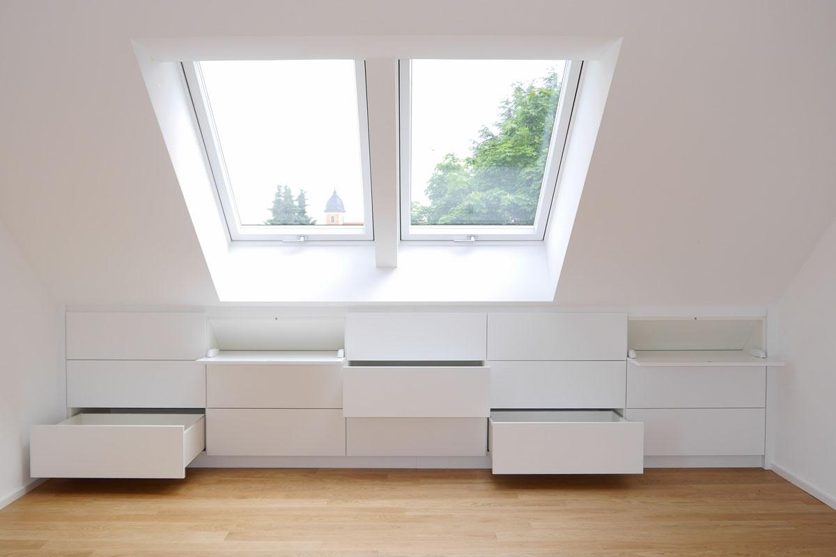 Schränke, die perfekt in die Dachschräge integriert sind, nutzen den Platz ideal.