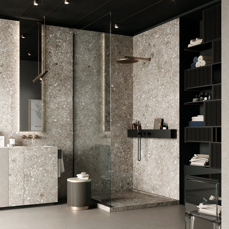Badezimmer mit Wandverkleidung und Waschtisch aus einem Guss