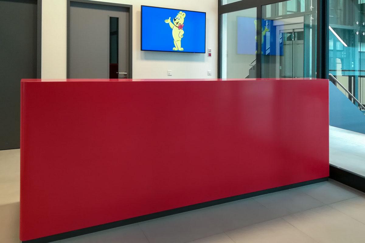 Die Empfangstheke wurde im Corporate Design von Haribo gestaltet