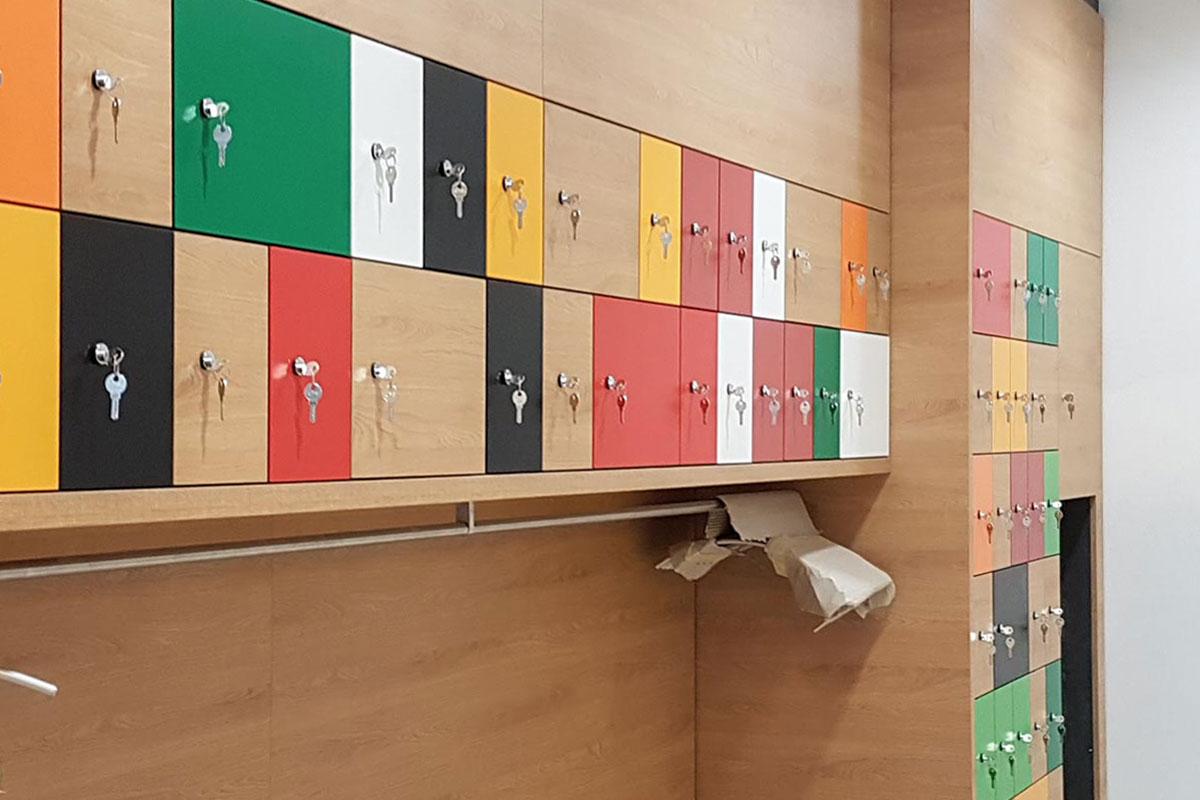 Die Garderobe ist im farbenfrohen Corporate Design von Haribo gehalten