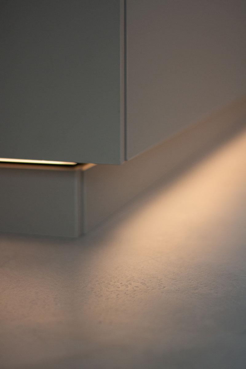 Die indirekte Beleuchtung setzt den Beton-Boden besonders gut in Szene