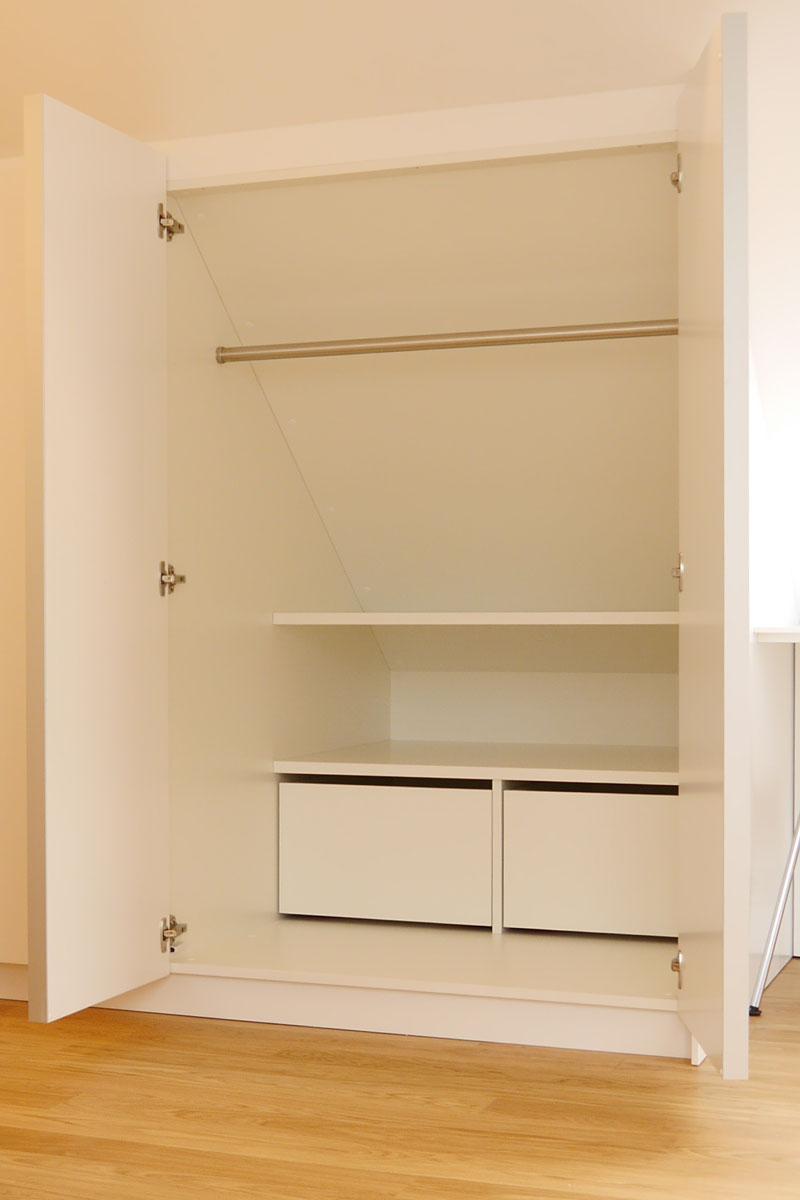 Die Innenorganisation der Ankleidenschränke ist individuell konfiguriert