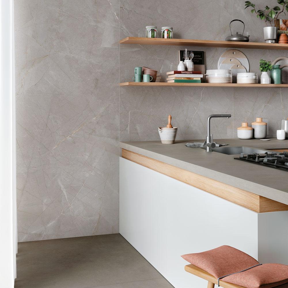 Feinsteinzeug eignet sich gut für Küchen, da es äußerst wasser- und schmutzabweisend ist.