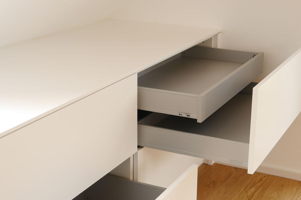 Die Inneneinteilung der Schreibtischschublade erlaubt eine bessere Organisation.