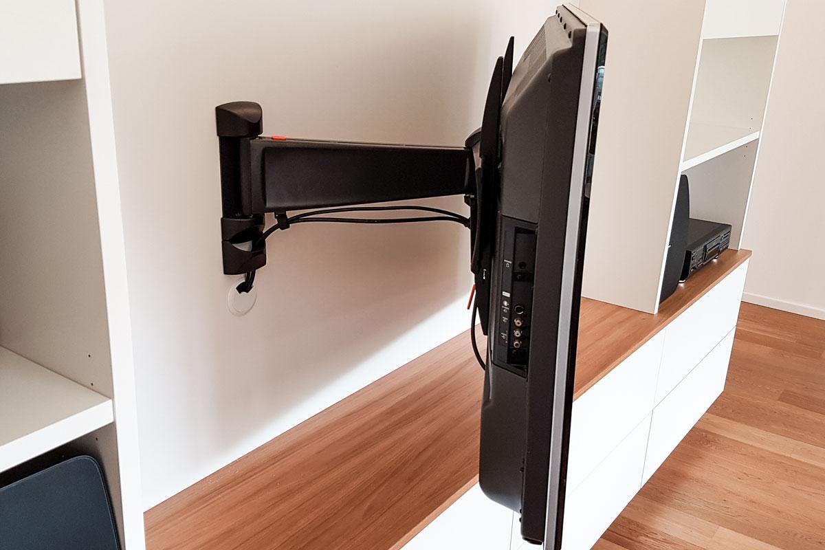 Der Schwenkarm lässt den Fernseher in verschiedene Richtungen ausrichten.