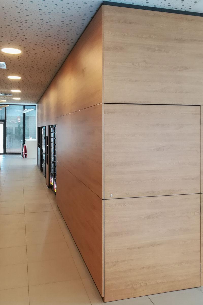 Die Schrankwand fungiert als Raumteiler.