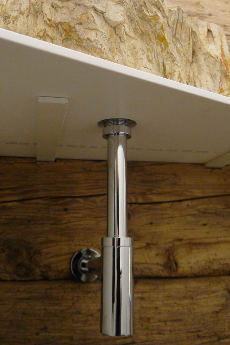 Die Unterkonstruktion des Waschbeckens ist an der Wandverkleidung aus Altholz montiert