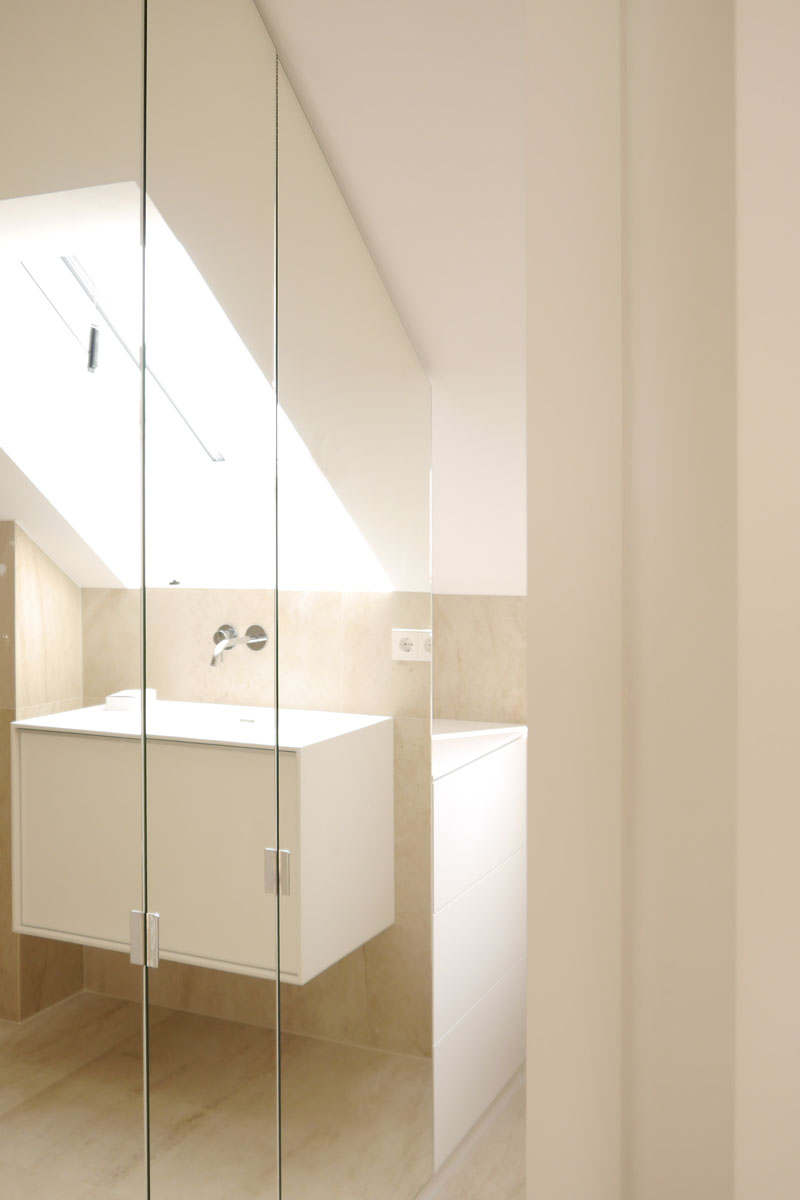Die Spiegelwand lässt das Bad größer erscheinen.