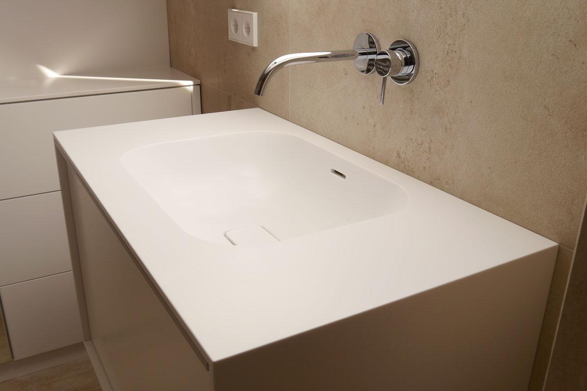 Das Waschbecken besteht aus frei geformten Mineralwerkstoff.