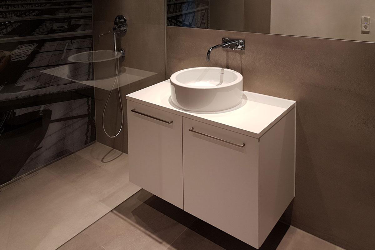 Die schwebende Optik des Waschtischs lässt das Bad größer wirken