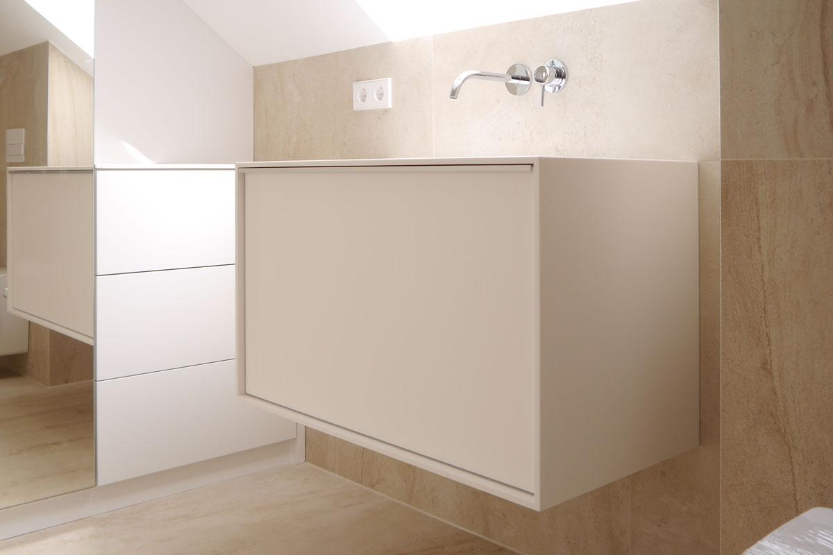 Der frei schwebende Waschtisch lässt das Bad größer wirken