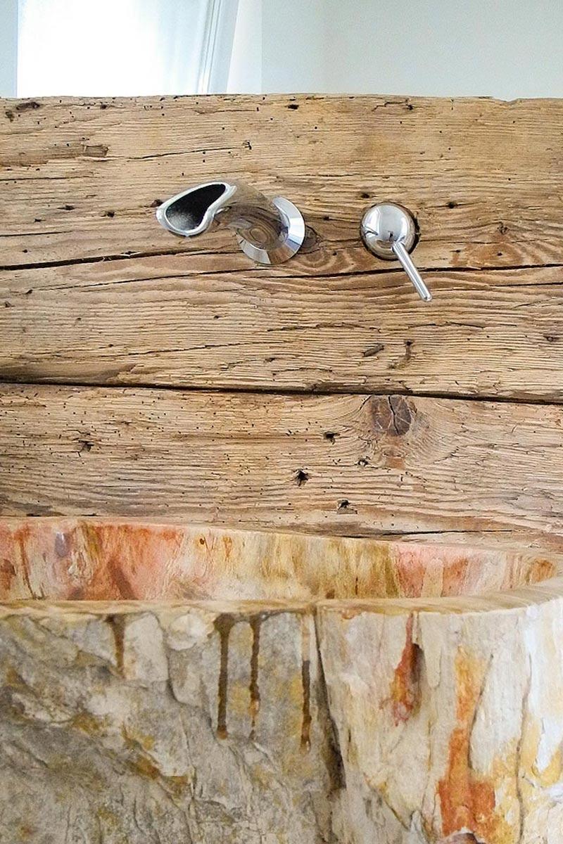 Die feine Struktur im Holz ist ein toller Kontrast zur glatten Waschtischoberfläche