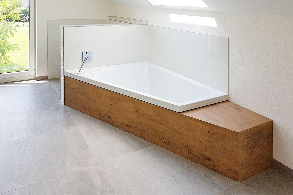 Die Wannenverkleidung schützt die Wand und wertet das Interior Design des Bads auf