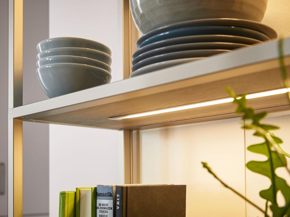 Regalboden mit LED-Unterbeleuchtung