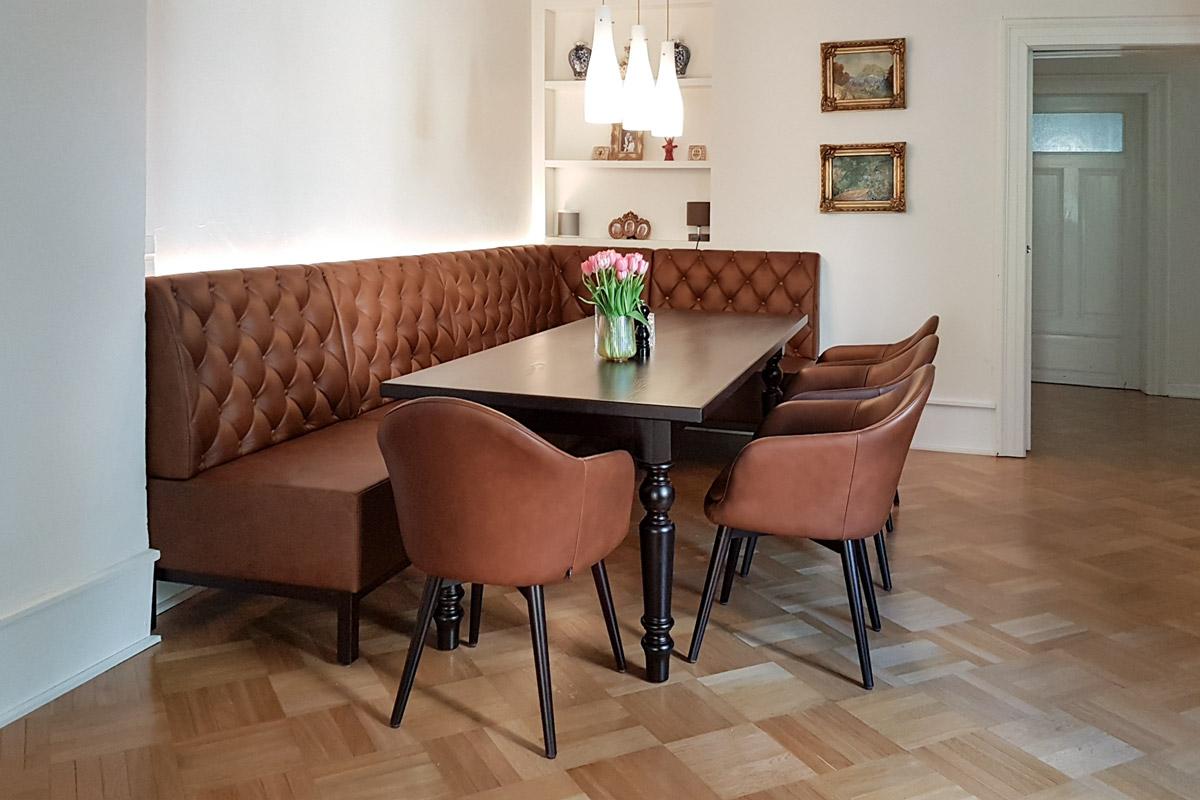 Esszimmer im klassischen Design mit Leder-Eckbank mit Chesterfield-Steppung