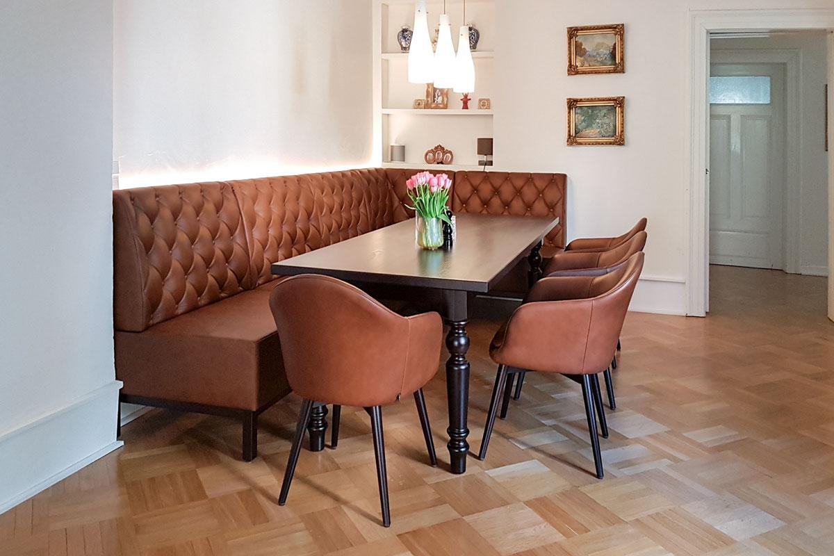 Ein Esszimmer im klassischen Design, das sich perfekt in das Interior Design des Altbaus einfügt