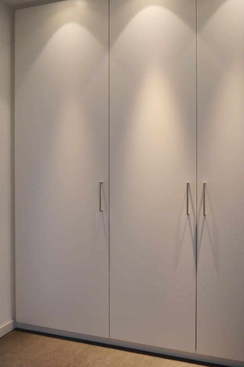 Garderobenschrank mit schnörkellosen Fronten