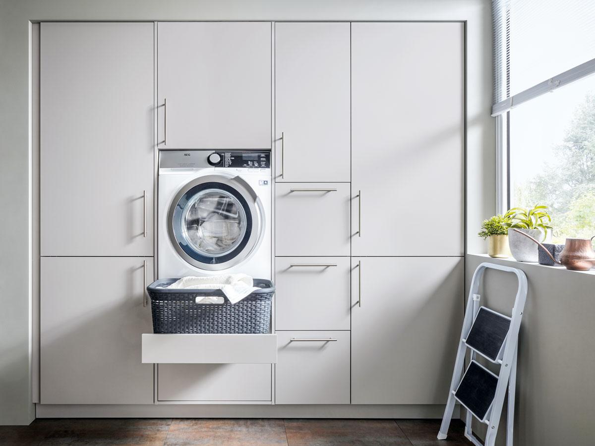 Hauswirtschaftsraum mit hüfthoher Waschmaschine