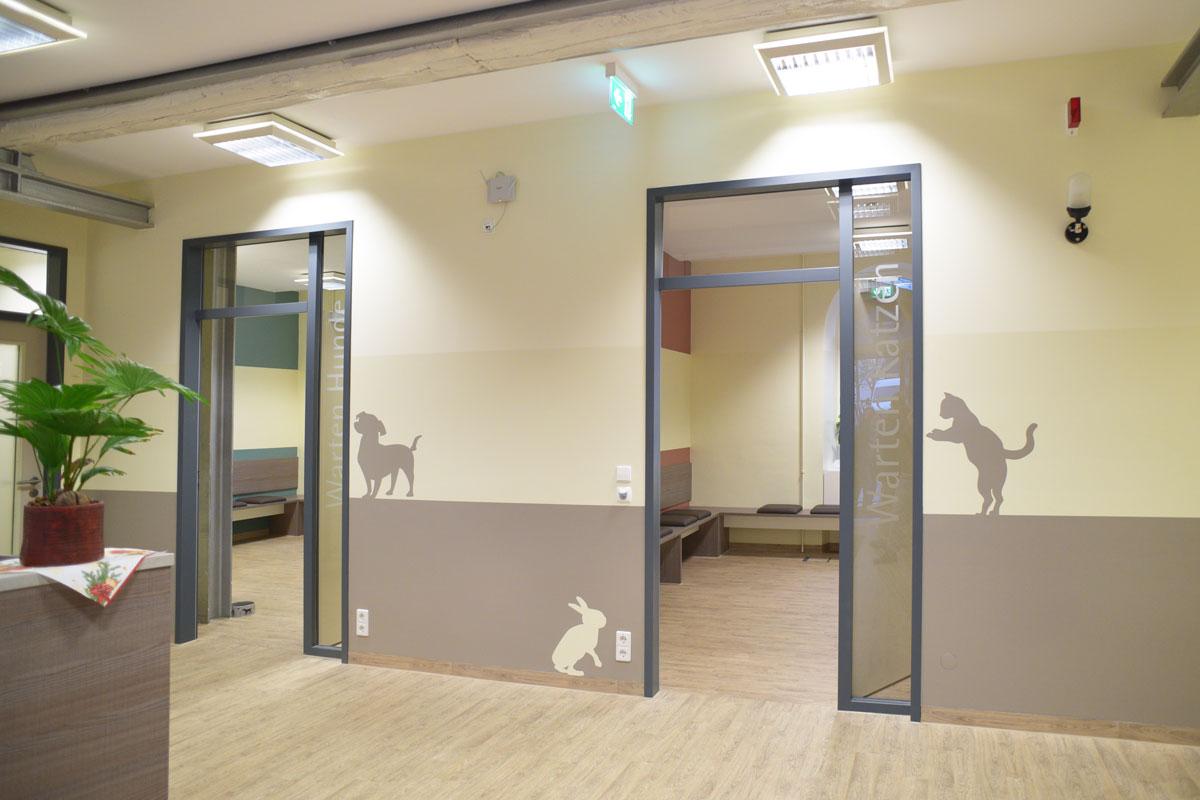 Innentüren zu den Behandlungsräumen der Tierarztpraxis