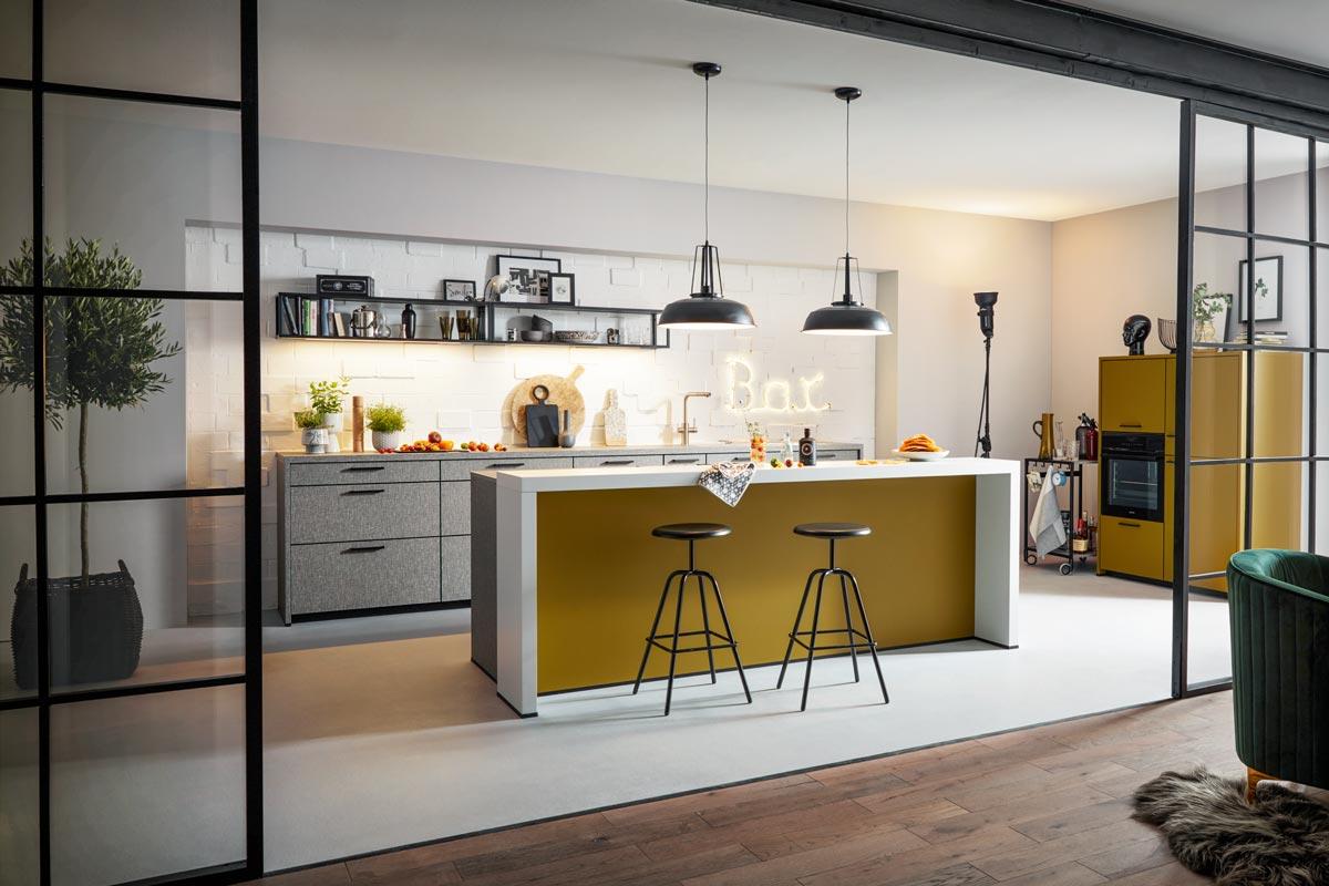 Modernes offenes Küchenkonzept im Loft