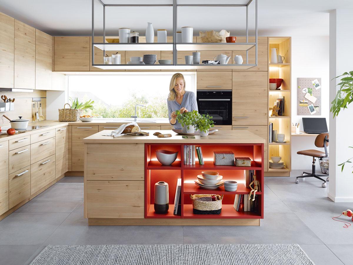 Küche mit effektvoller Regalbeleuchtung