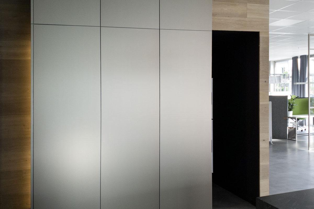 Perfekt in den Wohnraum integriert: Einbauschränke von Hammer Margrander Interior